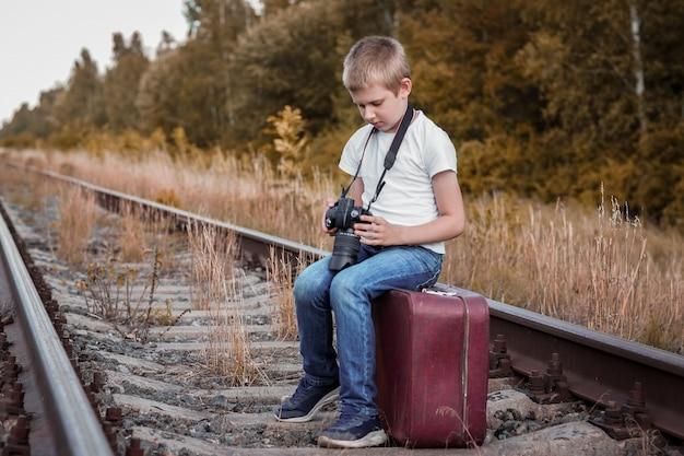 カメラを持つ少年