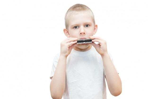 Мальчик с губной гармошкой