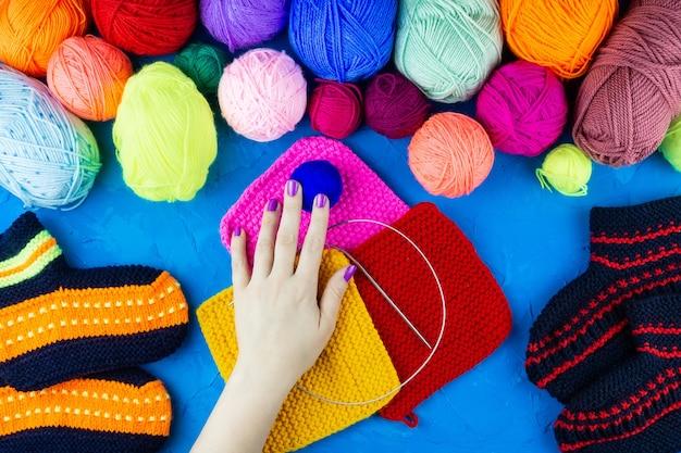 女の子は靴下編み針をニット