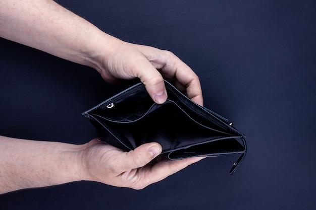 空の財布を保持している手の平面図