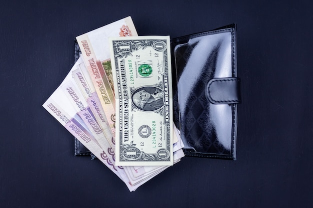 さまざまなお金の財布のトップビュー