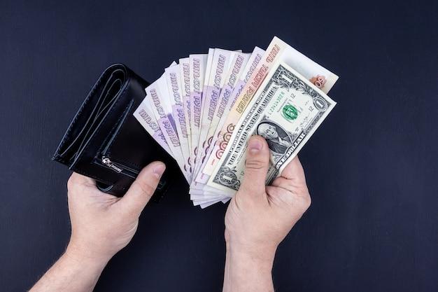 財布でお金を保持している手のトップビュー