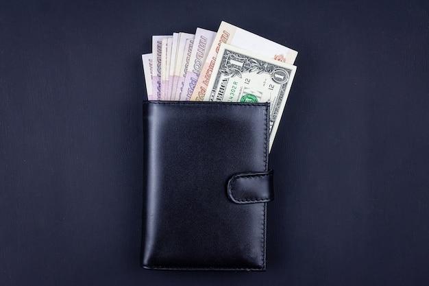 閉じた財布にお金のトップビュー