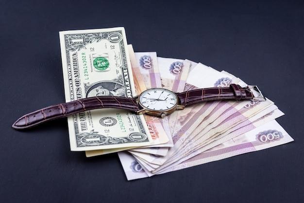 Вид сбоку кучу денег с часами