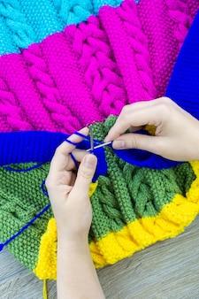 女の子毛布ニット編み針
