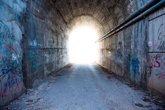 トンネル内の光。