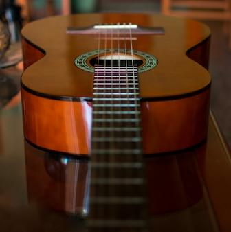 クラシックな木製ギター弦をクローズアップ