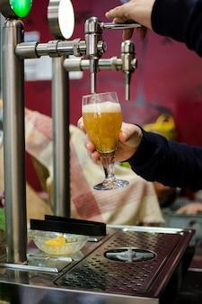 ビールバーからビールをタップします。