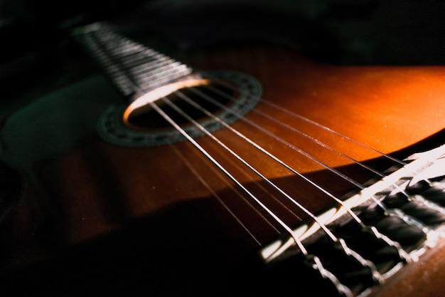 黒の背景を持つ古典的なギター