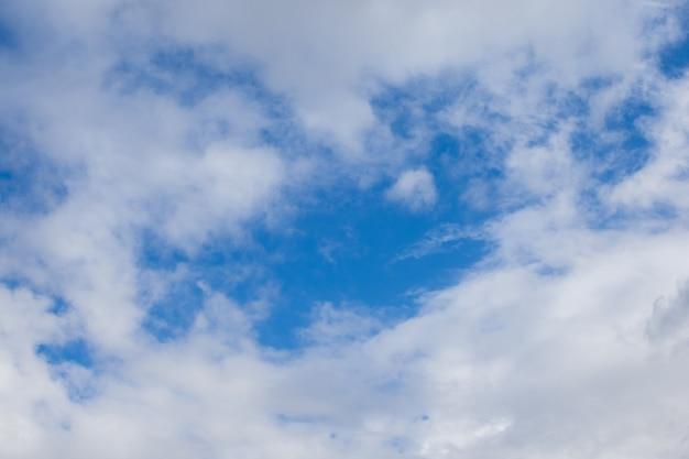 空にいくつかの雲