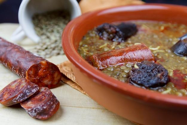 スペインのレンズ豆とチョリソとブラッドソーセージ