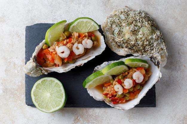 Раковина устрицы с салатом из морепродуктов и лаймом