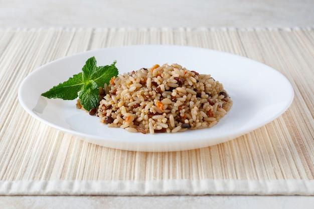 ベジタリアンキノア、米、レンズ豆、コーンサラダ