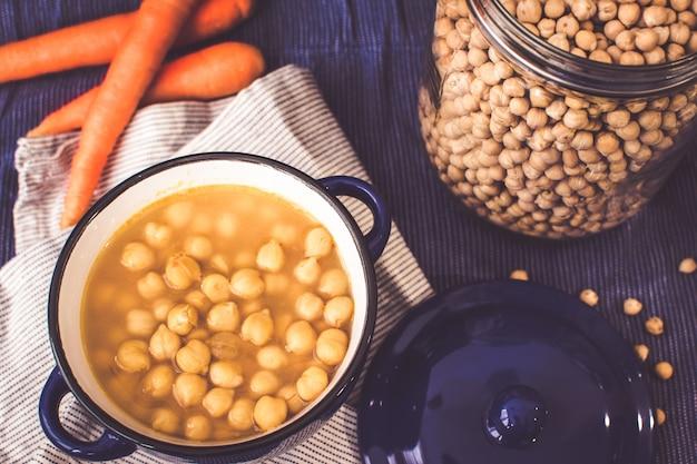 ひよこ豆のスープ。地中海式ダイエットの背景。豆類、ニンジン