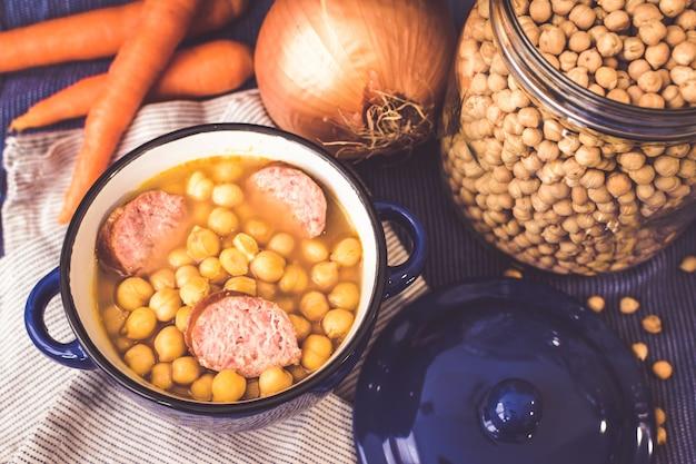 マメ科植物の背景。ひよこ豆のスープの背景。地中海料理