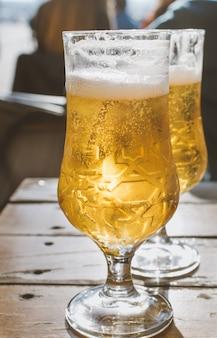 テラスで生ビールのパイント。ゴールデン透明バブル飲料