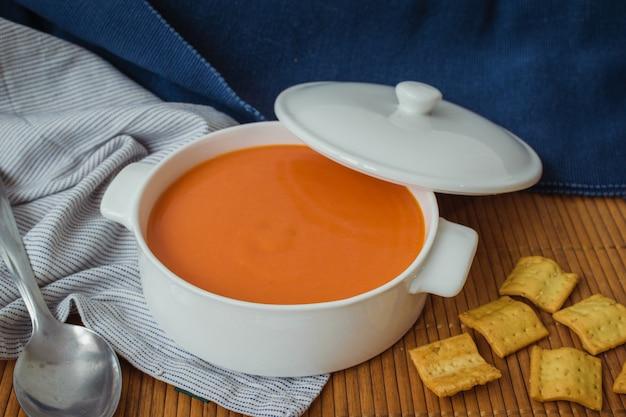 ガスパチョ。白い鍋にトマトの冷たいスープ