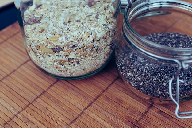 Семена чиа и мюсли в герметичной банке