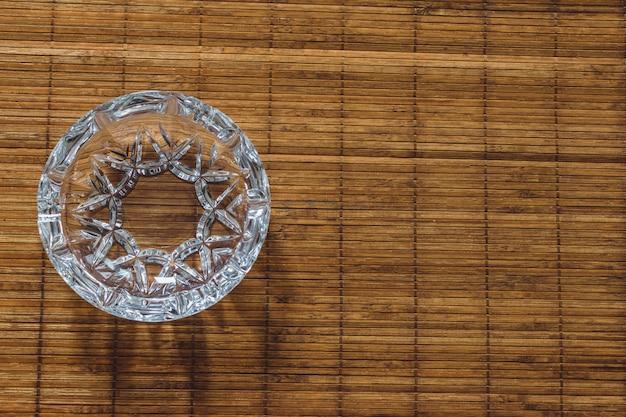 夏のパーティーのための木製のテーブルにタバコのないきれいな灰皿
