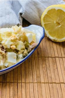 クローズアップロシア風サラダとテキスト用のスペースとレモン