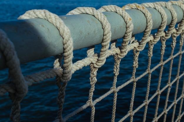 海事の背景。航海用ロープと海に対する結び目を閉じます。