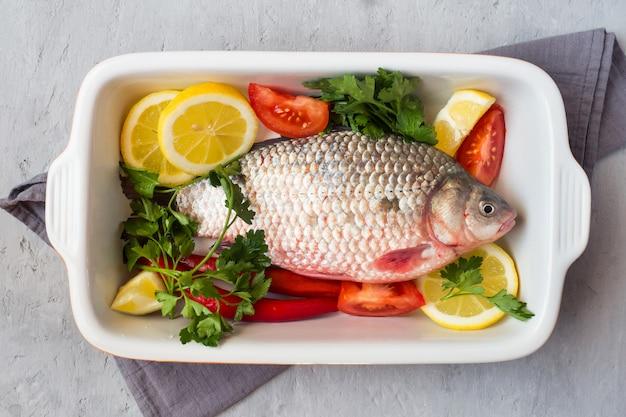 スパイスと野菜料理の鯉魚。上からの眺め。スペースをコピーします。