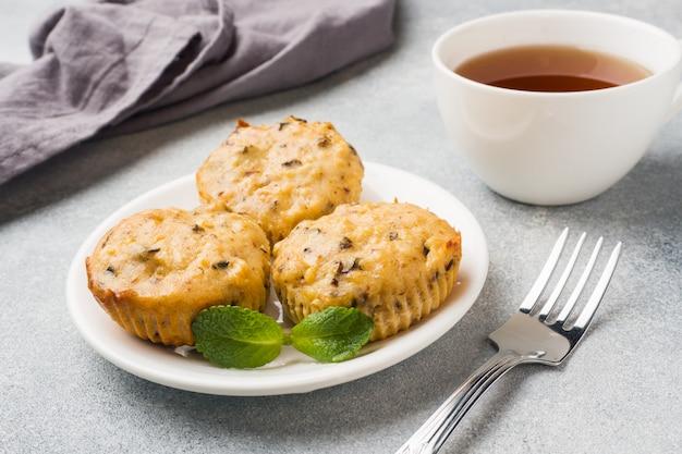 ブルーベリーとナッツの皿の上のオートミールベジタリアンマフィン