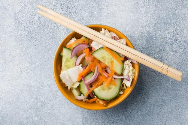 Вегетарианский салат из сырых свежих овощей в тарелке