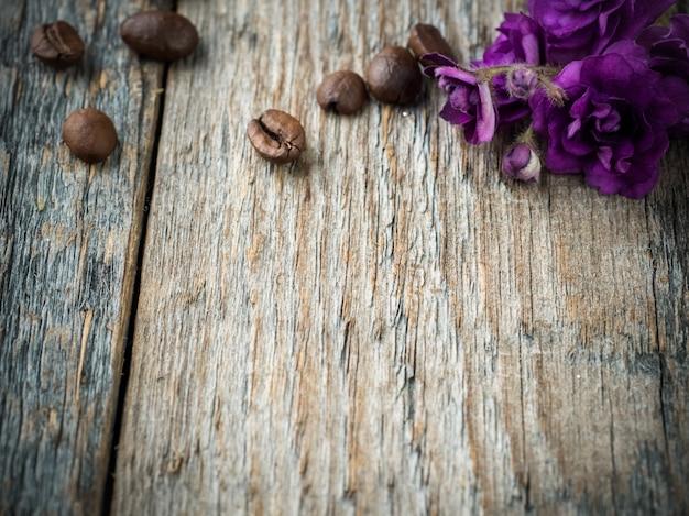 バレンタインの日の紙のハート、スミレ、素朴な木製の背景のチョコレートコーヒーのための装飾。