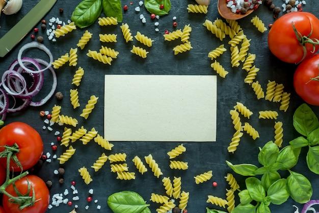 トマトバジルニンニクと石のテーブルの上のスパイス。料理のコンセプトです。テキスト用のスペースと平面図