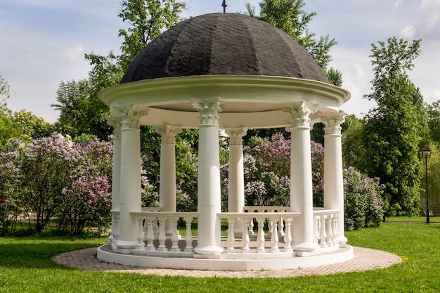 咲く春公園の美しい白い望楼