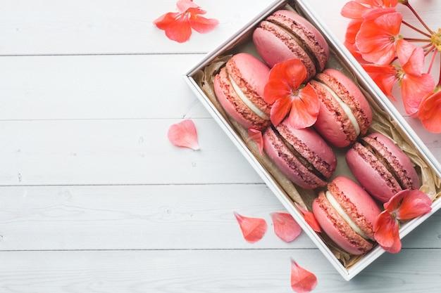 ピンクのデザートマカロンまたはマカロンのボックス