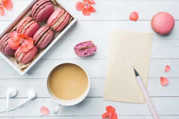 一杯のコーヒー、マカロンクッキー、ボックス、花、フラットのノートブック