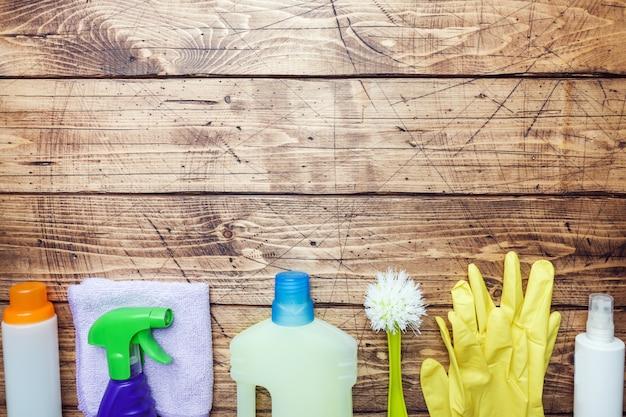 洗剤、ブラシ、木製の背景にスポンジのボトル。