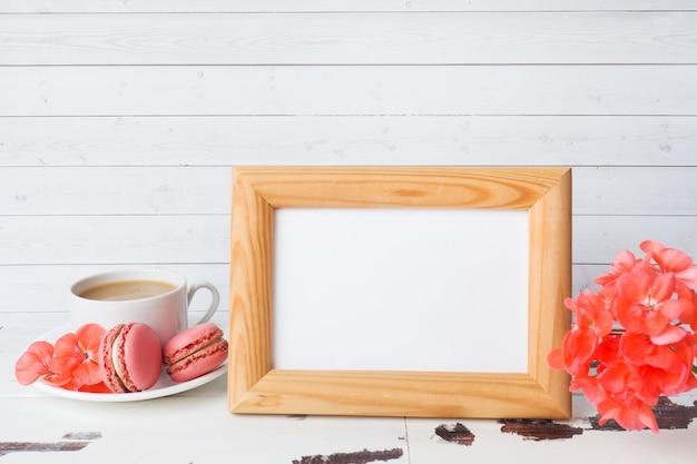 白い背景の上の皿に一杯のコーヒーとマカロンクッキー。