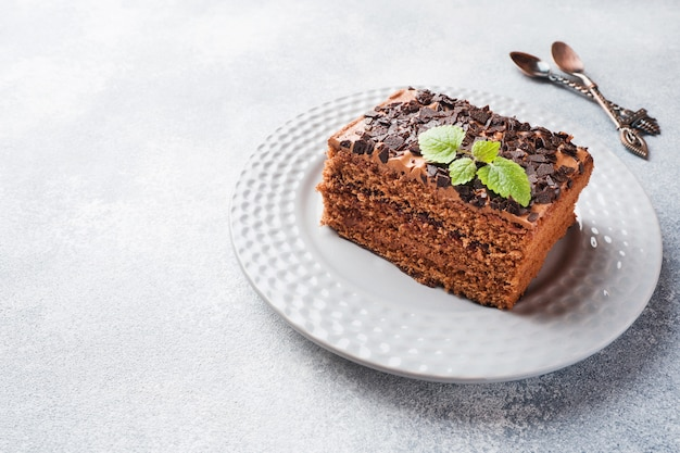 Кусок трюфельный торт с шоколадом на сером фоне бетона. копировать пространство