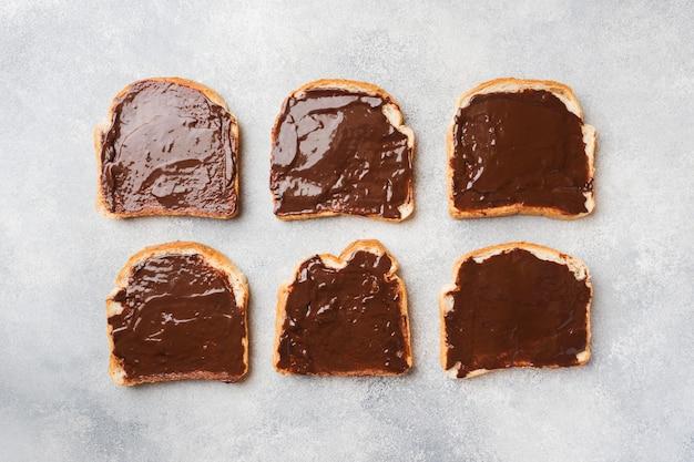 グレーのテーブルの上にチョコレートペーストのサンドイッチ。