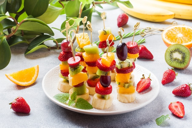 Свежие фрукты на шпажках.