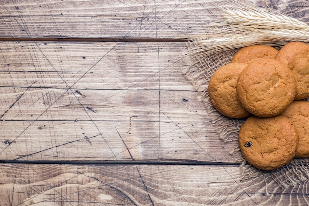 木製の背景に自然のオートミールクッキー