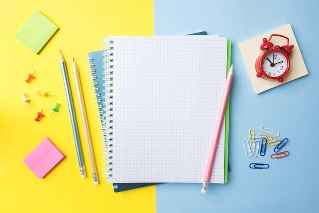 きれいな白いノートとコピースペース付きの鉛筆