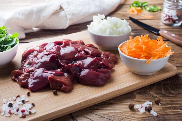 野菜と調理するための生の鶏レバー。