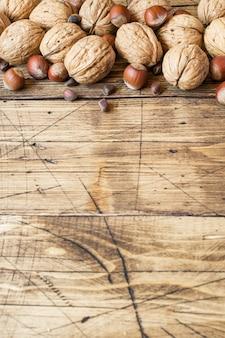 クルミ、ヘーゼルナッツ、古い木造の暗い面の杉。
