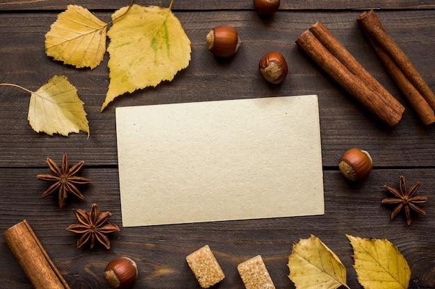 木製のテーブル上のテキストの秋の概念フォーム