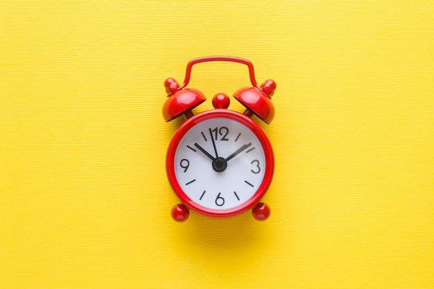 黄色の中央に赤い時計の目覚まし時計。