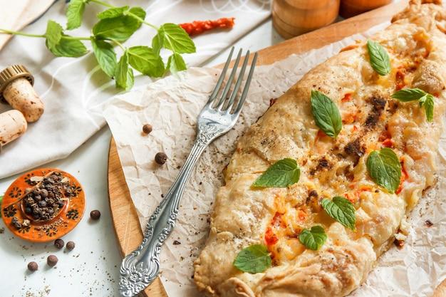 Мясной пирог, турецкая пицца, ближневосточные закуски. вид сверху