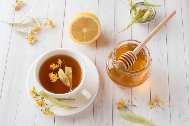 リンデン、蜂蜜、レモンとお茶。健康食品、風邪の治療