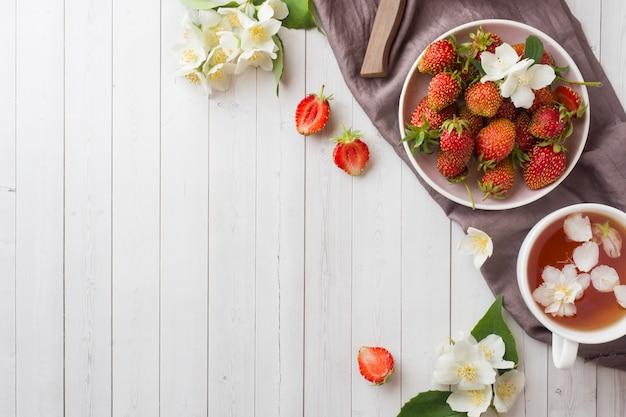 Свежая клубника и чай с цветами жасмина