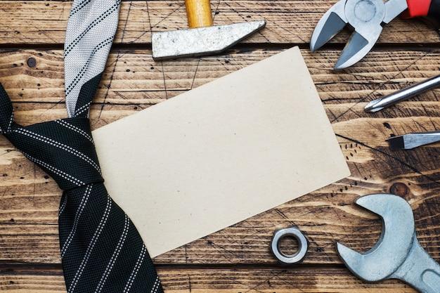 父の日の概念。修理や建設のためのネクタイや工具。