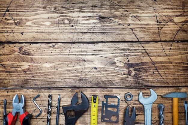 コピースペースを持つ木製の背景にさまざまな修復ツールのセットです。