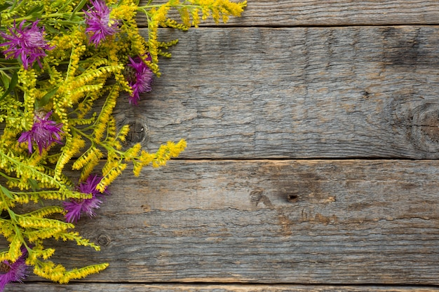 Осенние цветы на деревянном деревенском фоне. копировать пространство